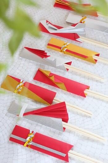 ダイソーの祝い箸に、千代紙を折っておしゃれな箸袋にアレンジ。千代紙で箸袋を作ったら、元々付属していた水引を付ければ華やかな祝い箸の完成です。柄や折り方次第でデザインは無限大!