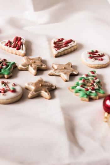 モミの木やスターなど、クリスマスモチーフの型抜きクッキーに、グリーンやレッド、ホワイトなど、クリスマスカラーのアイシングクリームでデコレーション♪チョコやアラザンなどを、飾り付けるようにトッピングしましょう。