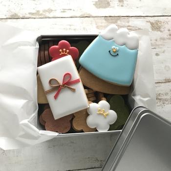 紅白梅、富士山、お年玉など、お正月モチーフを愛嬌たっぷりに表現したアイシングクッキー。もらったら、新年から笑顔になれそうですね。
