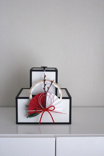 お正月飾りをそのままではなく、何かと組み合わせるのもおすすめです。こちらは、無印良品のお正月飾り×by Lassenのフレームボックスで、シンプルインテリアに似合う和モダンな印象。ちょっとした工夫でお部屋の雰囲気に合うディスプレイになります。