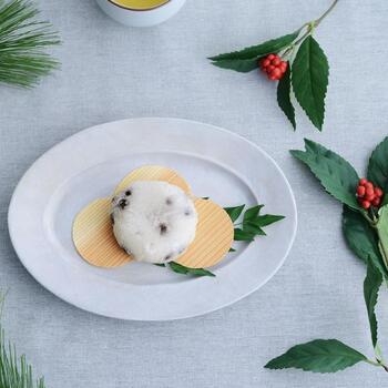 ナチュラルに使える杉板皿もおすすめ。他にも梅や扇などおめでたいモチーフがあり、お皿の上に敷いて料理やお菓子を乗せれば、おもてなしにぴったりです。