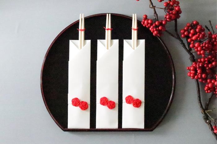 おせちに祝い箸を添えるだけで、お正月の食卓がきちんと感のある印象に。水引で作られた梅が特別な一日を感じさせる、縁起の良さそうな祝い箸。赤い梅がお正月らしく、おせちも華やぎそうですね。