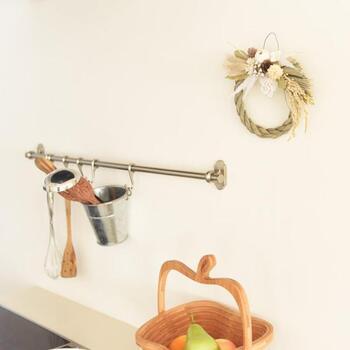 ナチュラルなリース風のしめ縄飾りは、キッチンにもぴったりです。厄除け用として水回りに飾って、お正月らしさをさり気なく演出しましょう。