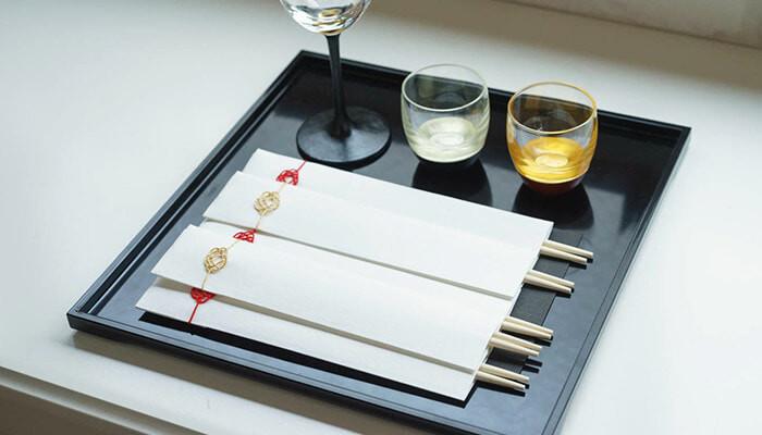 お正月だけでなく、様々なお祝いごとにふさわしい、赤と金の繊細な水引梅むすびが施されたシンプルな祝い箸。  国産天然材から作られており、色味や節の入り方に個性を感じられます。