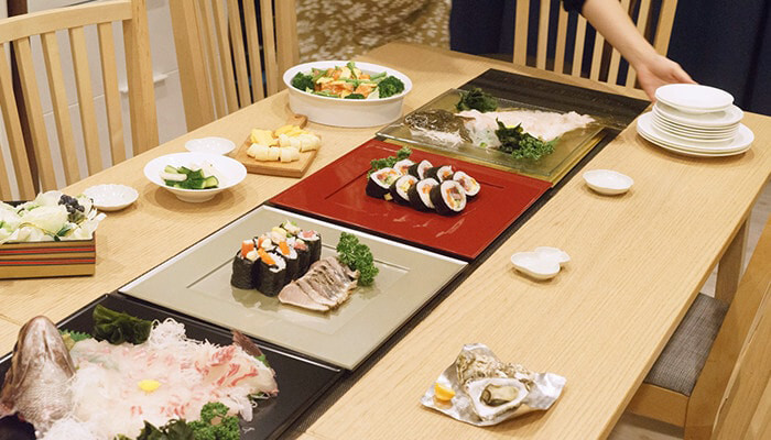 取皿の代わりとしてだけでなく、料理を並べても◎ 演出によっていろいろな使い方ができるところも魅力です。
