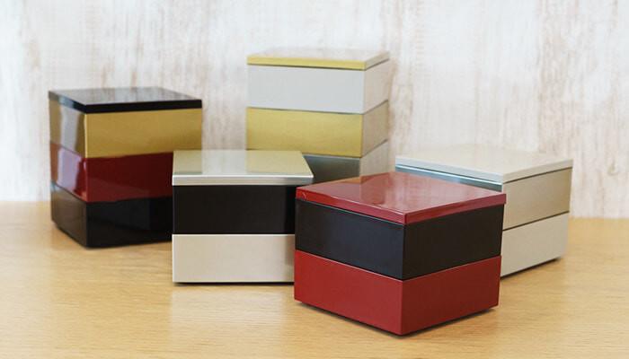 赤や黒などよく重箱に使われる色に加え、金や銀など華麗な色の組み合わせも楽しめる、3色重ねの重箱。  別売りで4つ切り仕切りと9つ切り仕切りがあるので、盛り付けもしやすく。  他にないモダンな配色は、目を引きますね。