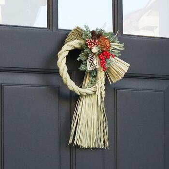 しめ縄は玄関に飾ると良いと言われています。プリザーブドフラワーやドライフラワーを使ったものなら扱いも簡単。縦型のしめ縄は存在感がありますね。