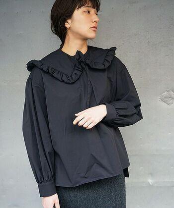 lirotoのアイテムは生地選びにこだわっているのも特徴。こちらのブラウスには、個性的なハリ感と光沢を放つ、コットンタイプライター生地を使用しています。一着の洋服から、布と向き合うデザイナーの感性をたっぷり感じられますよ。