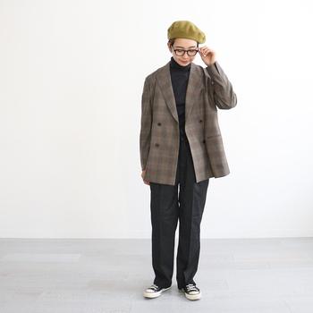クラシカルな印象のグレンチェックジャケットは、コーデの定番として活躍する羽織りアイテム。ウールスーパー100'sの原料を使用した、梳毛サキソニーストレッチ生地を取り入れ、リラックス感のある着心地を実現しています。見た目はきちんと、でも軽やかさがあり、カーディガン感覚で着られるのが新鮮!