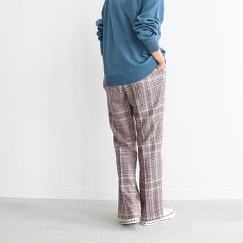 ユニセックスブランドであるWELLDERは、メンズライクなアイテムでも男性的に偏らないデザインになっています。こちらのチェック柄パンツはマニッシュでありながら、落ち感のある滑らかなウール素材を使用。さらにウォッシャブル加工を施し、リラックス感を出しています。さらりと上品に穿けるのが嬉しいですね。