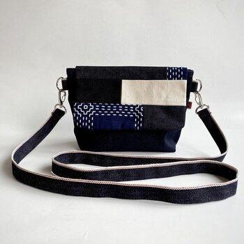 藍染めの刺し子生地や岡山デニム、倉敷帆布が贅沢に使われたショルダーバッグ。藍染めとデニムのインディゴブルーの組み合わせが上品で、刺し子がアクセントになっています。