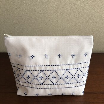 バッグに忍ばせたい刺し子のポーチ。白地に紺の刺し子のデザインが素敵です。