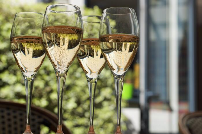フルート型は縦長で口が開いたつくりになっていることから、香りが逃げ、酸味が立ちやすくなります。これに対しふくらみのあるグラスでは、香りをしっかり感じることができ、味わいの印象も大きく変わります。高級なスパークリングワインやシャンパンなどが手に入った時には、ぜひ試してみてくださいね。