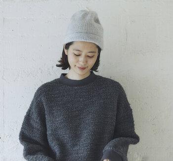 カシミヤ素材を100%使用した、シンプルデザインのワッチです。薄手でシンプルなアイテムですが、リブ編みがおしゃれな印象を与えてくれます。カシミヤならではの、絶妙な柔らかさが特徴。大人のためのニット帽です。