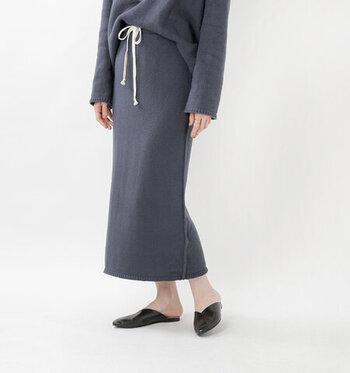 カシミヤコットン生地を使った、タイトシルエットのニットスカート。ウエスとはゴムなので、リラックスして着こなせます。また、ウエストに配置された長めのリボンで、細かなサイズ調整も可能。インスタイルとの相性が抜群なアイテムです。