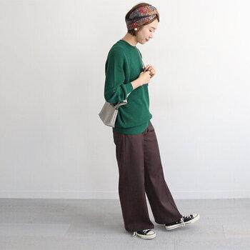 濃いグリーンのトップスに、ブラウンのワイドパンツを合わせたコーディネート。こちらはスニーカーでカジュアルにまとめていますが、パンプスやブーツなどのヒールシューズを合わせれば、一気に女性らしさがアップしますよ♪