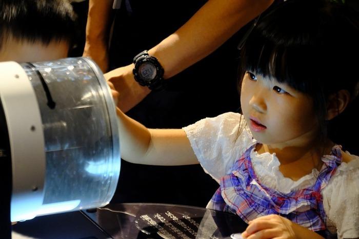 2Fの「観測ステーション」は体験型展示を豊富に取り入れたエリア。  「物理」と聞くだけで拒否反応を示してしまうような大人はもちろん、難しいことを言われても「?」だらけの子どもたちにも、「光」「磁気」といった分野を直感的に体感できる工夫がいっぱい!