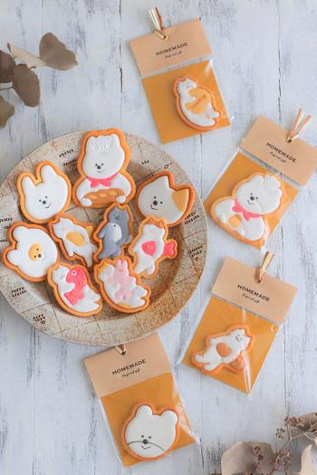 手作りのアイシングクッキーを一枚ずつ配るなら、透明袋+台紙+タグを使ったラッピングがおすすめです。乾燥剤としての役割を果たす専用シートを使うと便利!しっかり密閉するためシーラーを使って、その上からタグシールを貼り合わせれば完成です。