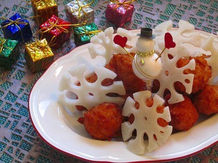 レンコンの縁をカットして雪の結晶に見立てた雪レンコン。真っ白なレンコンは様々なクリスマス料理に似合い、飾るときに、立体的に飾ると見栄えがします。クリスマスだけでなく、冬のお祝いの席に使えて、簡単に飾り切りを作れるのも嬉しいポイントです。