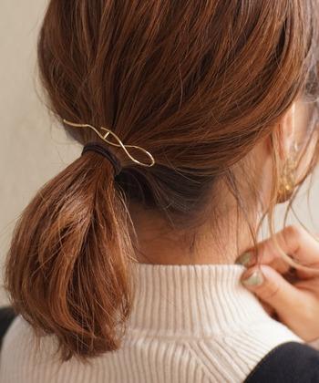 結び目を隠すのではなく、バレッタのように使うのが◎。いろいろなまとめ髪に使えるので便利なアイテムですよ。