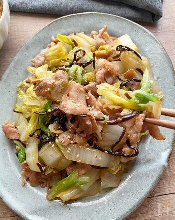 白菜と豚肉の炒め物に塩昆布をプラス。しっかり味なので、冷めてもおいしくてお弁当にぴったり。お弁当でなかなか摂りにくい海藻類もさりげなく食べられるので、栄養バランスが気になる人にも◎。