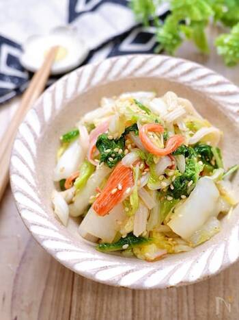 カニカマと白菜で作るサラダ風のおかずのレシピです。それぞれの食材を準備したらあとは混ぜ合わせるだけのお手軽さが人気。白菜はしっかりと塩もみすることで時間がたっても水気が出にくくなるので、お弁当に入れても◎。