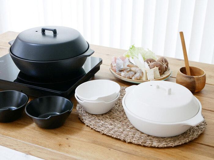 土鍋の素朴なイメージを一変する、シンプルで無駄のないスタイリッシュなデザインが素敵。持ちやすい取手もアクセントになっています。おそろいのとんすいも揃えれば、テーブルコーディネートもばっちり。
