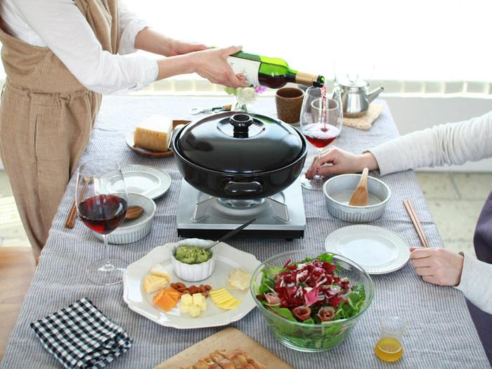 土鍋は冬のお鍋の時期だけに使う、という方も多いのではないでしょうか。でもこんな土鍋なら、キッチンでダイニングで年中活躍してくれそう。