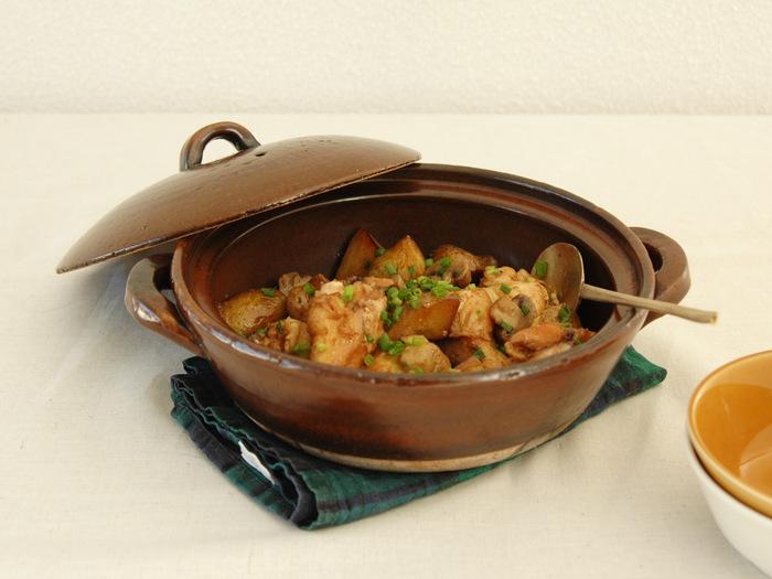 土鍋としてはめずらしい、深みのある飴色が目を惹く土鍋。素朴な風合いが、食卓に温かみをもたらしてくれます。煮込み料理だけでなく、ホワイトシチューなど洋食の料理も映える色合いです。