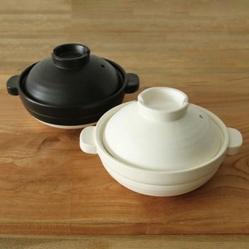 ころんと丸い形がぬくもりを演出してくれる可愛らしい土鍋。蓋はお玉などが置きやすい便利なデザインになっています。「こぶり」は1~2人用として使いやすいコンパクトなつくりです。