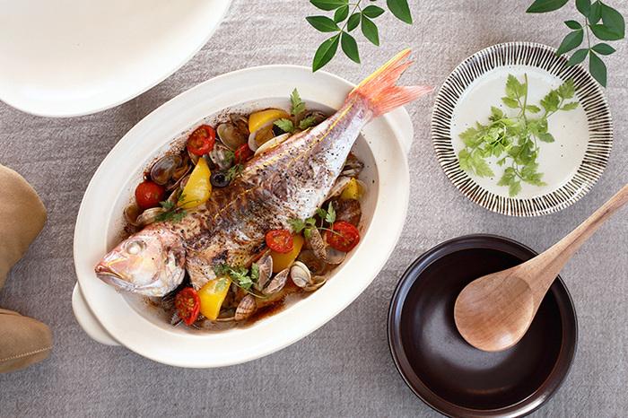こちらは、土鍋としてはめずらしい楕円形のタイプ。お魚を1尾そのまま調理することができます。また、一般的な土鍋よりも軽量で薄手なため、扱いやすいのも魅力です。グリル料理やオーブン料理にも対応しているので、あらゆる料理に活用することができるでしょう。