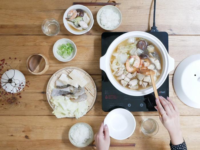 食材の旨味を引き立てる、高耐熱陶器でつくられた土鍋。シンプルで使い心地の良いデザインは、食卓にそのまま並べても絵になりますね。こちらはIHはもちろん、電子レンジもオーブンも使える優れもの。1年中食卓で活躍してくれることでしょう。