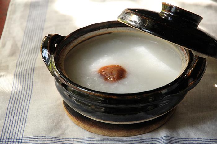 こちらの土鍋は、少人数で使うのにぴったり。土鍋ならではの特徴で、じっくりと熱が伝わるため食材の旨みをさらに引き立てます。オーソドックスなデザインで、長く愛用できそう。