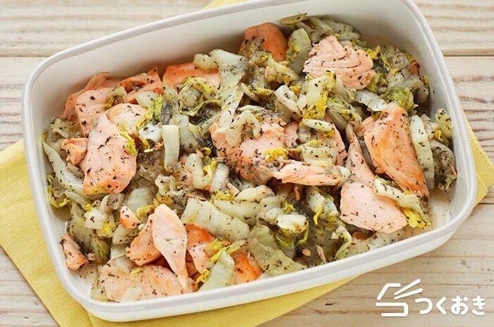 鮭と白菜の炒め物に、ゆかりをプラスしたおかずです。白菜は事前にレンジで加熱しておくことで、調理がスムーズいなります。程よい塩気がお弁当のおかずにも大活躍しますよ。