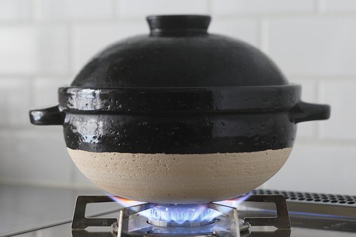 土鍋は、ざらざらとした鍋肌の粗いタイプと滑らかなタイプがあります。粗めのタイプは蓄熱性が高いといわれており、滑らかなタイプは、粗めに比べると蓄熱性が劣るといわれていますがお手入れのしやすさが魅力です。