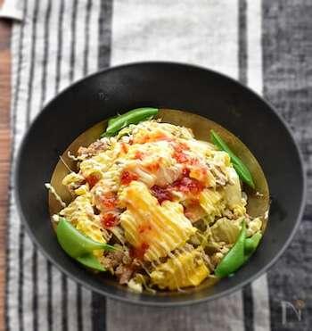 炒めた白菜とツナにふんわり卵をのせたどんぶりのレシピ。仕上げにチリソースをかければ、あっという間にエスニック風の味わいに。おうちではもちろん、のっけ弁当としても活躍するレシピです。