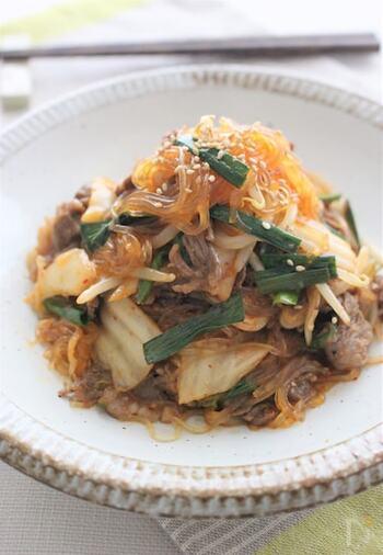 キムチを使ったピリ辛味のチャプチェです。春雨を茹でたあとしっかりと水を切るのが、おいしく作るポイント。メインのおかずや、お弁当の一品にもおすすめです。