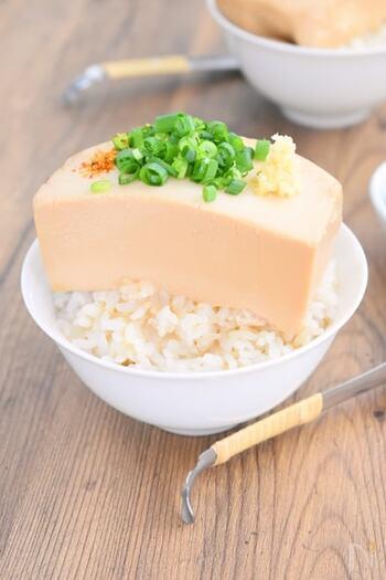 とうめしとは、日本橋お多幸というおでん屋さんの人気メニューで、ごはんの上に味の染みた豆腐をのせたもののこと。見た目のインパクトがすごいですよね。  こちらのレシピは、シンプルに豆腐だけをたれで煮込んでいくタイプ。豆腐はたれでじっくり煮た後に、いったん冷ますと味がよりよく染みます。煮始める前に、豆腐に竹串で何カ所か穴をあけておくとたれの染み込み具合がアップして、美味しくなりますよ。
