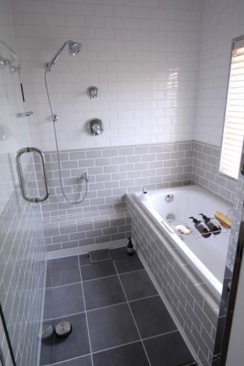 いつ、どこを掃除するかもポイントです。例えば、たくさん水を使うお風呂やベランダ・窓の掃除は、気温が高い季節を選べば、寒い思いをしなくて済みます。キッチンの換気扇などの油汚れも、夏場の方が油が浮きやすく、掃除しやすいんですよ。
