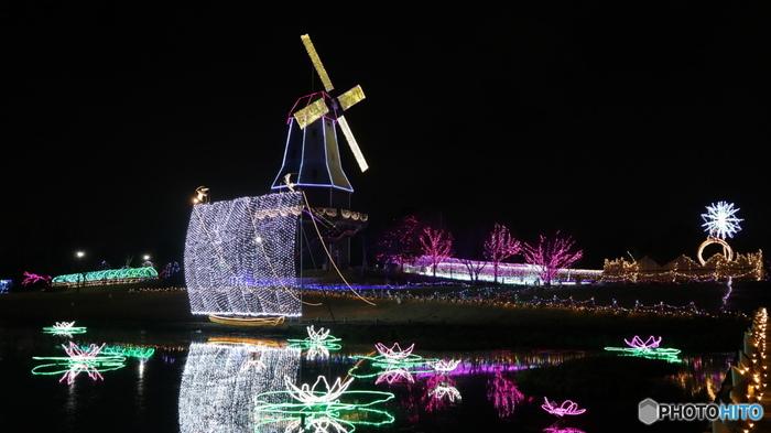 帆引き船が浮かぶ霞ヶ浦や土浦の花火など、地域色の強いデザインも水郷桜イルミネーションの特徴の一つ。まばゆい世界を楽しみながら、観光名所を巡ったような満足感を味わえますよ。