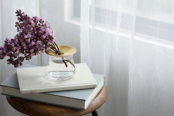 """お部屋の中にお花があるだけで、明るい気持ちになりますよね。  「KINTO(キントー)」のフラワーベース""""LUNA(ルナ)""""は、真鍮のプレートとガラスの器を組み合わせた一輪挿しのフラワーベースです。  その名の通り、月を思わせる真鍮のプレートが水や植物の質感を引き立ててくれます。 季節ごとに好きなお花を飾って、四季を感じる生活も素敵ですね。"""