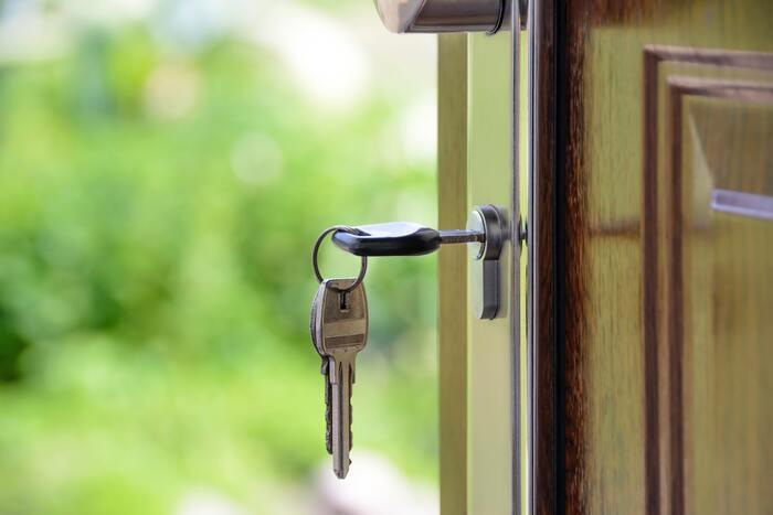 まずは基本の戸締りから。玄関ドアはもちろんのこと、浴室やトイレの窓など、忘れがちなところも気をつけて出かけましょう。
