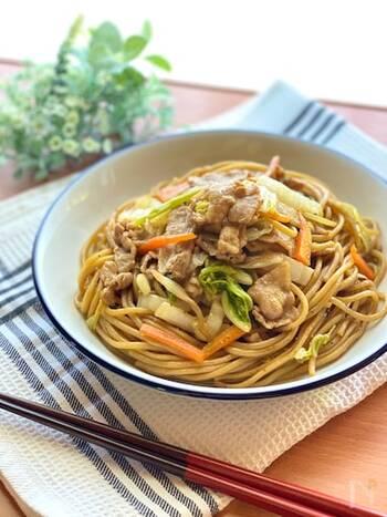しっかり味の焼きそばなら、白菜でもおいしく仕上がります。一緒に炒めた長ネギの甘みも加わって、いつもと一味違った焼きそばに。お弁当メニューにもきっと喜んでもらえるはず。