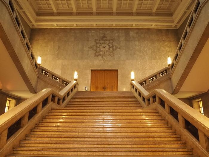 まず、シンボリックな本館は、重要文化財の一つ。  旧本館が関東大震災により損壊後、昭和天皇即位を記念し公募した設計案の中から選ばれ、昭和13年(1938) に開館したのが現在の本館です。設計は、銀座和光や原美術館などで名の知られる渡辺仁。 大理石の大階段やステンドグラスなど、内部の装飾にも目を奪われることでしょう。