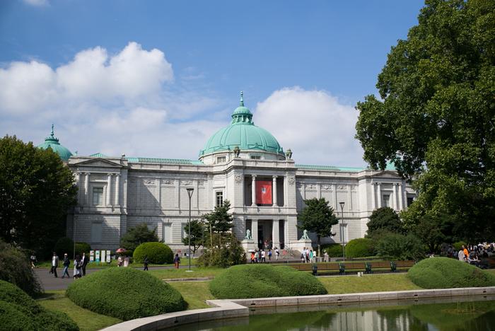 のちの大正天皇が、皇太子時代にご成婚することを記念し、明治42年(1909) に開館した表慶館。明治末期の洋風建築を代表する、重要文化財にも指定された建物です。  入口に並ぶ二頭のライオンは、それぞれ口を開けたものと閉じたもので、「阿吽(あうん)」が表現されています。