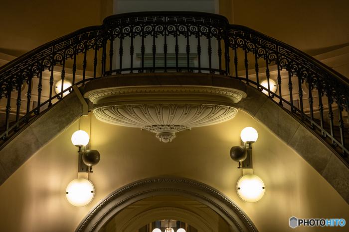 手すりや床、天井など・・・どこに目をやっても細やかな美しい装飾は、見ているだけで飽きることありません。建築物に精通していない人も、その美しさには思わずため息をついてしまうはずです。