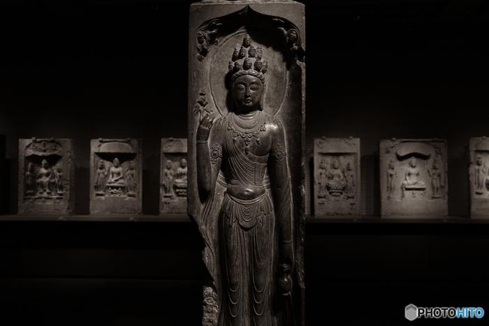 多くの収蔵品の中でも、ファンが多いのが「仏像」。  東京国立博物館では、いくつものフロアや展示館にわたって、数多くの仏像が展示されています。  「仏像なんて、どれもいっしょでしょう?」と思っているあなたも、時代によって、国によって―改めて見比べてみると、その表情や技法の違いに驚くはず。  難しいことを考えず、心静かに「どの部屋が一番心地よいか?」「どの仏様が一番好きか?」というフィーリングに頼ってじっくり見つめるだけでも、きっと自分なりの新たな仏像の魅力が発見できることでしょう。