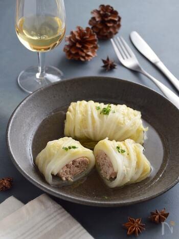 ロールキャベツは白菜でもおいしく作れます。中のタネにエリンギを刻んで入れることでふんわりとした食感になる効果が。作り置きして時間を置くと、スープの味がしっかりとなじんでおいしさがアップしますよ。
