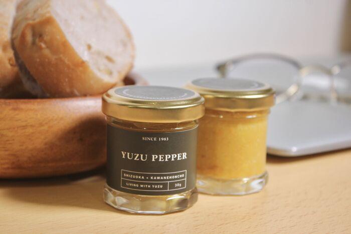 完熟柚子と黄唐辛子で作った柚子胡椒。深い黄色が美しく、料理に彩りを添えてくれます。塩味が控えめで、辛みと香りが強いのが特徴です。パッケージもおしゃれで、見せる収納にぴったり。