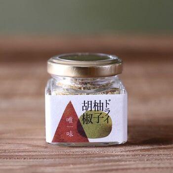 こちらは粉末状のドライ柚子胡椒。青唐辛子と赤唐辛子がブレンドされています。塩辛くなく、爽やかさを存分に楽しめる、こだわりが詰まった一品です。